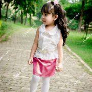 ชุดไทยเด็กหญิง ชุดไทยราคาถูก ชุดไทยสำหรับเด็ก ชุดไทยประยุกต์ ชุดไทยใส่สบาย  ผ้าซิ่นสั้นๆ สีสันงดงามมาก กับเสื้อผ้าฝ้ายเรียบๆ  คอบัวสวมใส่ได้หลายโอกาส